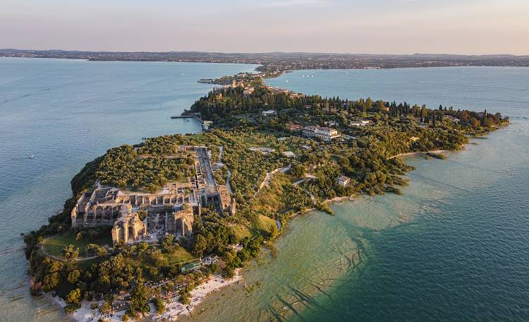 What to see in Sirmione ☀️ The ''Grotte di Catullo'' - The Grotte di Catullo, the ancient Roman Villa on Lake Garda - Discover the most beautiful beaches of Sirmione: Jamaica Beach, Lido delle Bionde, Lido di Lugana.
