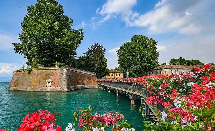 Peschiera del Garda ☀️ Lake Garda - What to do and see in Peschiera del Garda. (Video) Discover the most beautiful beaches of Peschiera del Garda.