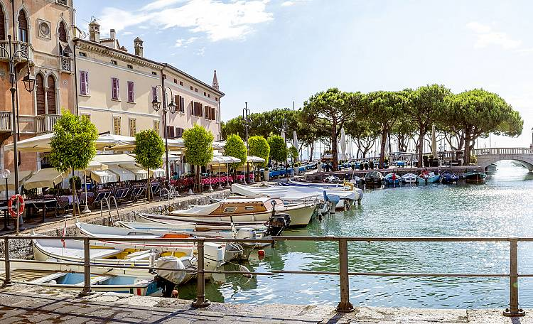 Desenzano del Garda ☀️ Lake Garda - What to do and see in Desenzano. Not only a tourist city, but a real city alive and active in all seasons. (Video) Discover the most beautiful beaches of Desenzano.